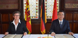 In einer feierlichen Zeremonie unterzeichneten Oldenburgs Erste Stadträtin Silke Meyn und Xi'ans Parteisekretär Wang Yongkang die Partnerschaftsurkunde. © Stadt Oldenburg
