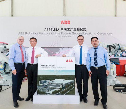 Von links nach rechts: Peter Voser (ABB Präsident und CEO), Gu Chunyuan (Präsident ABB Region Asien, Mittlerer Osten und Afrika), Sami Atiya (Präsident ABB Robotics & Discrete Automation Business), James-Gang Li (Lead Business Manager, Robotics and Discrete Automation ABB China) Foto: ABB